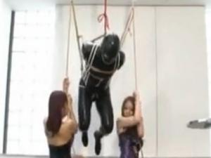 ボンデージ女王様たちが変態M男を吊し上げるSMプレイ!