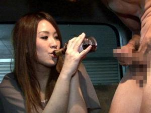 酒のつまみにセンズリ鑑賞する酔っ払い素人娘