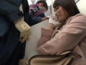 不自然に勃起チ〇ポを目の前に魅せつけられた痴女OLは手袋手コキをする!
