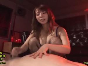 巨乳痴女M性感嬢が高速手コキでM男を強制射精させる!
